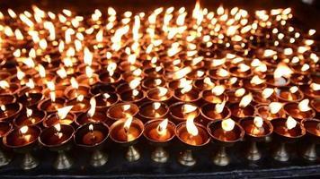 acendendo velas em local budista de boudhanath, kathmandu, nepal video