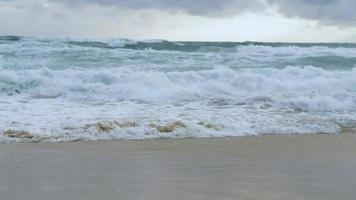 el ambiente de la playa con fuerte oleaje. Phuket, Tailandia.