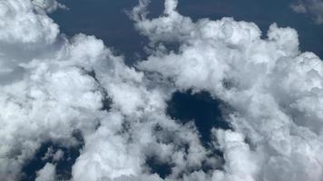 volando sobre hermosas nubes espesas y esponjosas.