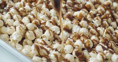 il caramello versato si scioglie sui popcorn ai funghi video