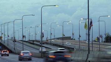 Verkehr Tag zu Nacht in Thailand. 4k