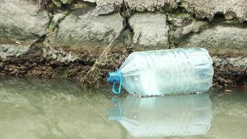 poluição de lixo de bota de plástico