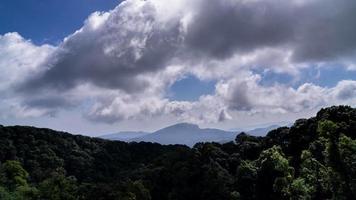 paisagem de montanhas de filmagem de lapso de tempo, vários ângulos. video