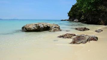 plage de roche avec mer et ciel, Thaïlande.