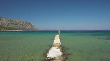 caminhando em um píer em direção ao mar video