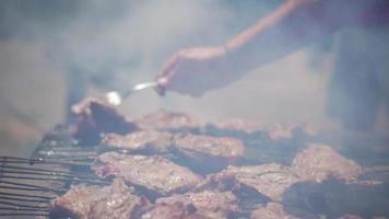 homme, retournement, viande, sur, a, barbecue video