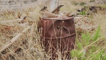 un viejo barril oxidado rodeado de naturaleza