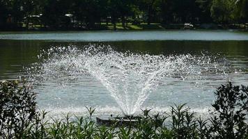 Zeitlupenbrunnen in einem Kanal