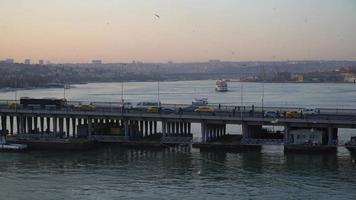 a ponte unkapani e a paisagem do chifre dourado com trânsito