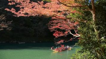 Holzboot im Hozugawa-Fluss bei Arashiyama in Kyoto, Japan video