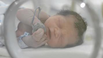 recién nacido con solo veinte minutos de edad. video