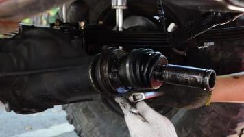 reparación del eje de transmisión del camión. video