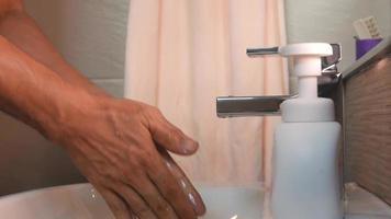 lavar as mãos com espuma de sabão.
