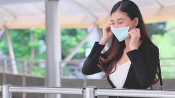 mujer de negocios, llevando, higiene, máscara