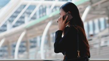 Empresaria con una máscara enojada o infeliz durante la llamada telefónica
