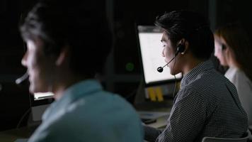equipe de operadores trabalhando à noite video