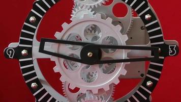 Engrenages d'horloge industrielle rétro sur fond rouge video