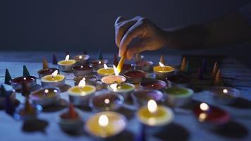 mano de mujer encendiendo velas