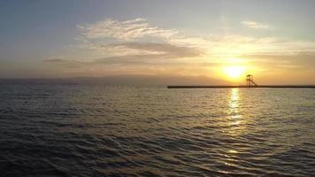 el muelle y el mar en un lapso de tiempo al atardecer