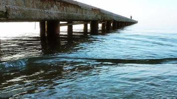 le quai et l'eau du bord de mer