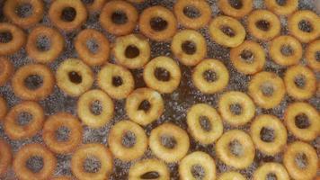 Donut de comida tradicional turca llamado lokma en aceite hirviendo