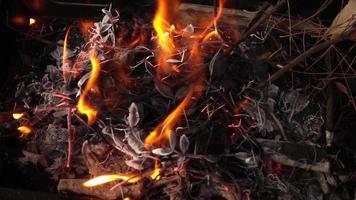 pequeños trozos de madera ardiendo