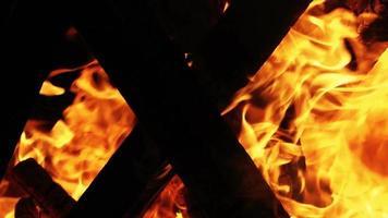 fuego de leña en la oscuridad