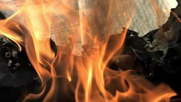 un giornale che brucia in cenere
