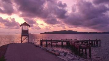 farol do nascer do sol do lapso de tempo e paisagem do mar da ponte, Tailândia.