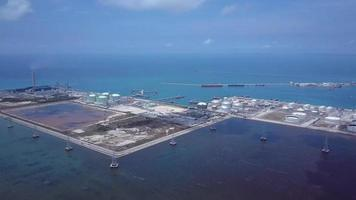 olietank, gastank en elektriciteitscentrale in industrieterrein.