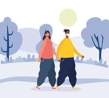 pareja joven caminando al aire libre