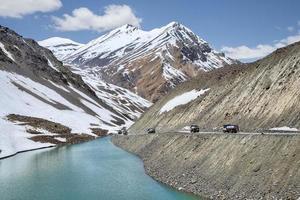 paquete de camiones petroleros en las montañas
