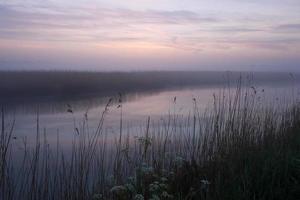 niebla del amanecer en el alde foto