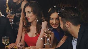 homem elegante e mulher jogando no cassino. amigos jogando blackjack video