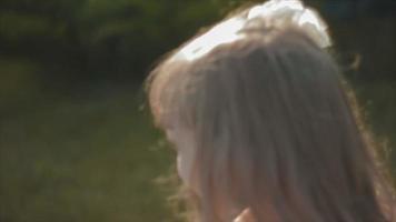 niña vestida de blanco girando alrededor de ella