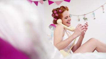 menina lixando as unhas e falando ao telefone video