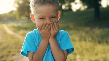 retrato, de, niño sonriente, en, ocaso video
