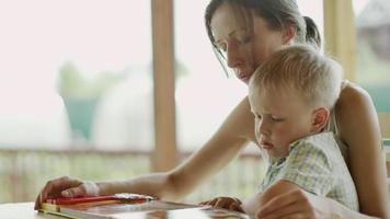 madre e figlio leggono un libro video