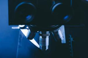 Primer plano del microscopio científico con lente metálica, análisis de datos en el laboratorio foto