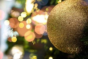 Fondo navideño dorado de luces desenfocadas.