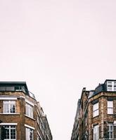 edificios de gran altura marrón y negro