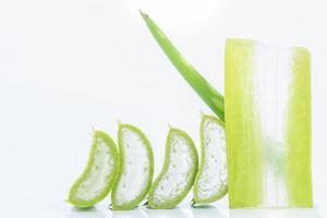 Aloe vera en rodajas sobre fondo blanco.
