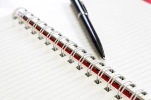 bolígrafo en un cuaderno vacío foto