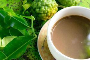 hojas de lima kaffir y café