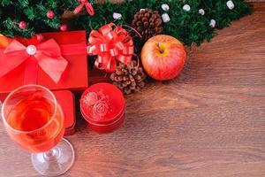 copa de vino y cajas de regalo en navidad foto