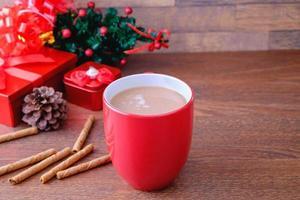 chocolate caliente con ramas de canela foto