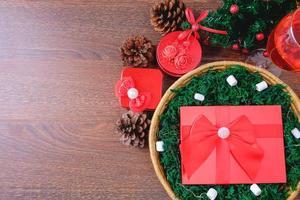 Caja de regalo roja en una canasta en Navidad foto