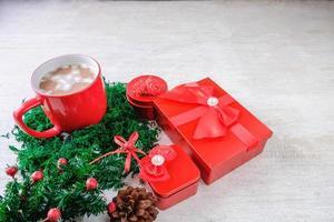 taza de chocolate rojo cacao y cajas de regalo rojas foto