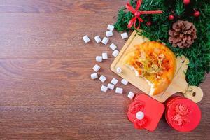 escena navideña con pan y malvaviscos foto