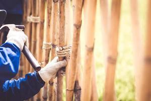 carpintero, con, martillo, golpear clavos, en, bambú